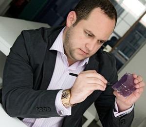 Juwelo bijoux en ligne, Tenner Diniz lapidaire expert vient parler de ses nouvelles coupes de pierres.