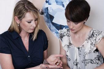 Juwelo, spécialiste des bijoux ornés de pierres de couleur.