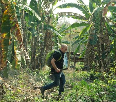 Don Kogen dans la jungle asiatique à la recherche de pierres précieuses