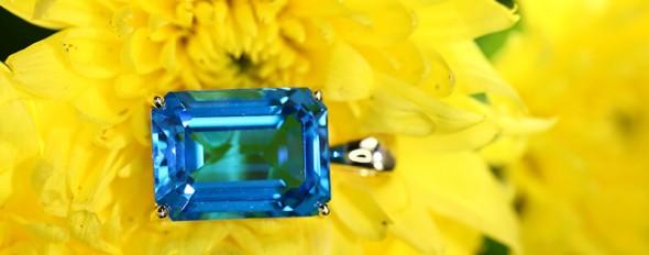 Retrouvez des bijoux sertis de Topazes de toutes les couleurs, un grand classique de la joaillerie.