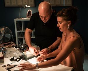 Kat Florence et Don Kogen travaillant dans leur atelier pour la prochaine collection de bijoux.