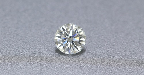 un vrai diamant qui ressemble à du zirconia