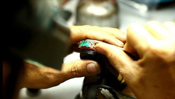 Le sertissage d'un bijou en émeraude